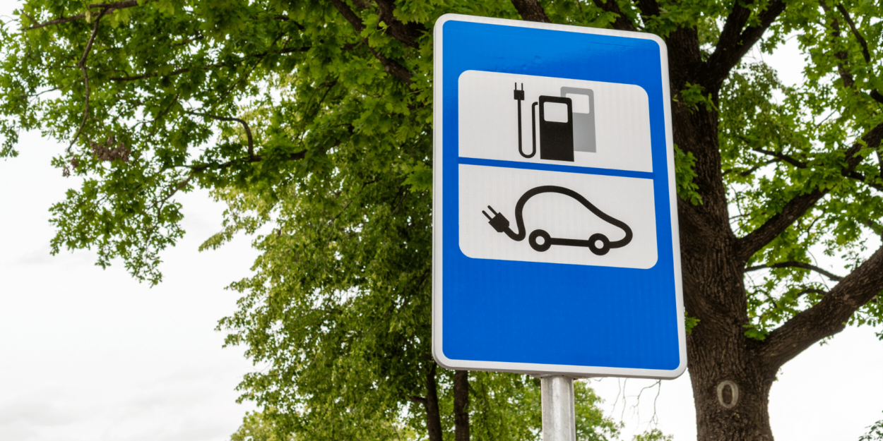 A sign indicating an electric car refilling station